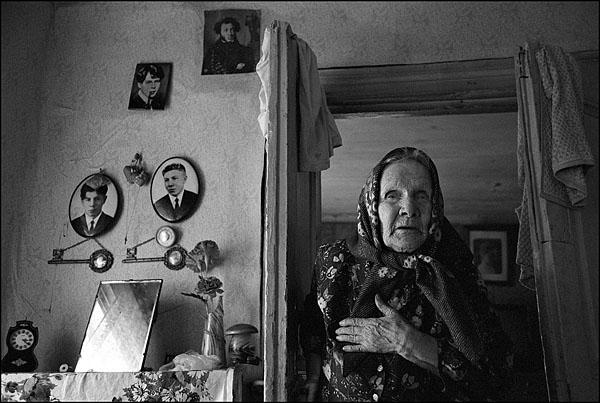 ©Олег Климов. «Старая актриса в своем доме, окрестности Рыбинска. 2000»