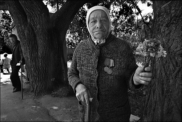 ©Олег Климов. «Продавщица полевых цветов, Углич. 2000»