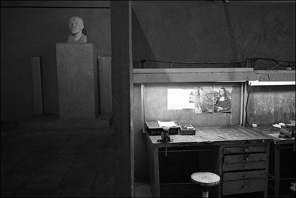 ©Олег Климов. «Рабочее место слесаря, Лысков, Нижегородская обл. 2000»