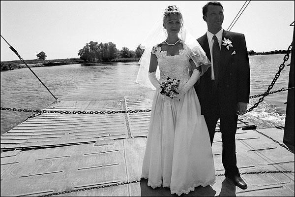 ©Олег Климов. «Паром для жениха и невесты, Астрахань. 2000»