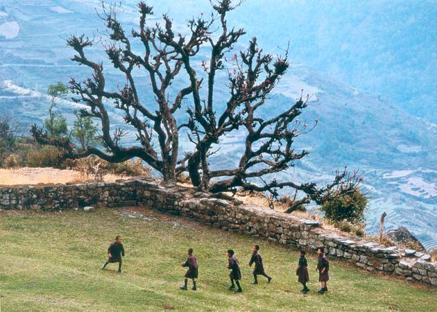 Школьники. Провинция Тонгса, Бутан. Бумага, жикле. 50 х 75