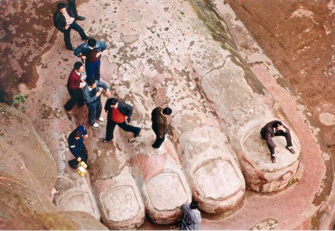 Туристы на ступне Великого Будды. Лэшань, Сычуань, Китай. Бумага, жикле. 50 х 75