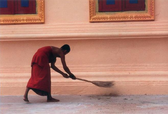 Монах убирает мусор. Группа Ролос, Камбоджа. Бумага, жикле. 50 х 75. 2009