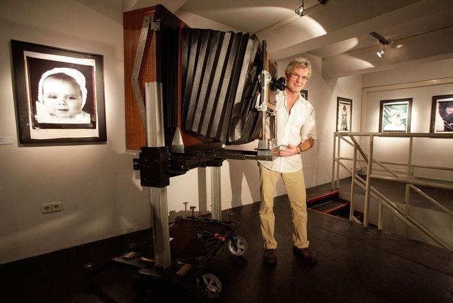 Бывший главный техник компании Polaroid Ян Хниздо позирует с фотоаппаратом, позволяющим делать снимки 50х60 см. &copy REUTERS/Herwig Prammer.