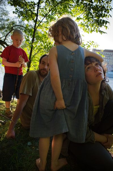 ©Александр Наану. «Юля, Саша и Дети, Москва, 2009»