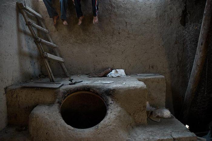 ©Анзор Бухарский. «Тандыр – глиняная печь для выпечки домашнего хлеба – лепешек»