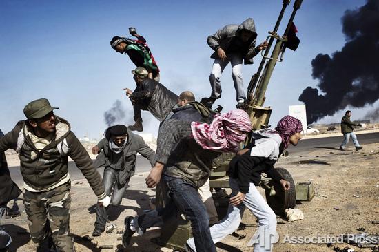 &copy; Юрий Козырев / Noor Images<br /> Первое место в номинации &laquo;Репортаж с места событий (одиночный снимок)&raquo;. На снимке, сделанном 11 марта в Ливии, запечатлены повстанцы против режима Муаммара Каддафи в городе Рас-эль-Ануф.