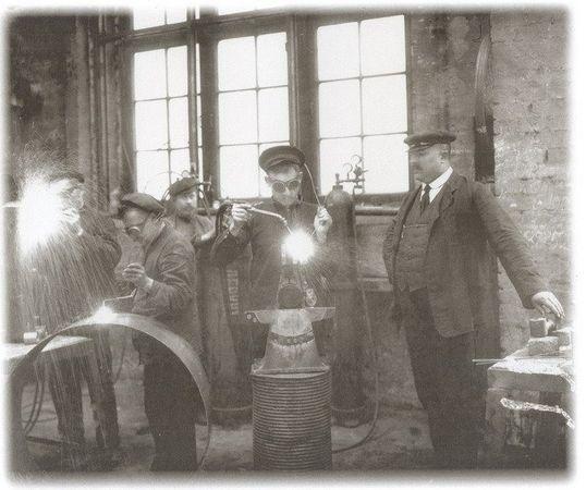 Сварщики чугунно-литейного и машиностроительного завода Людвига Нобеля за работой