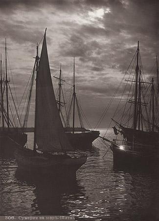 &copy;Василий Сокорнов. «Сумерки на море. Ялта. 1900-е<br> Бромсеребряный отпечаток с широкого стеклянного негатива»