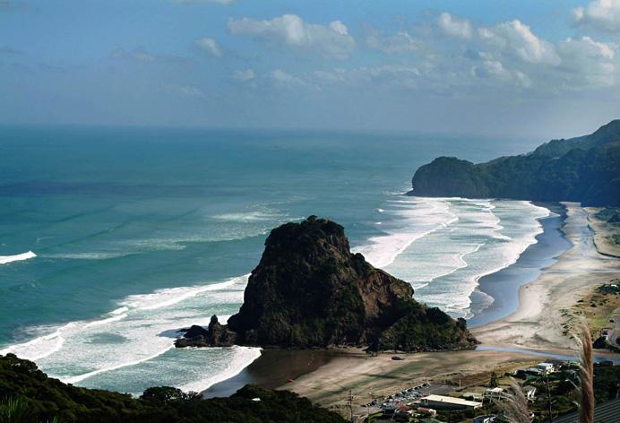 Западный берег Северного Острова Новой Зеландии славится хорошими волнами для сёрфинга. Фото снято не отходя 10и метров от дороги.