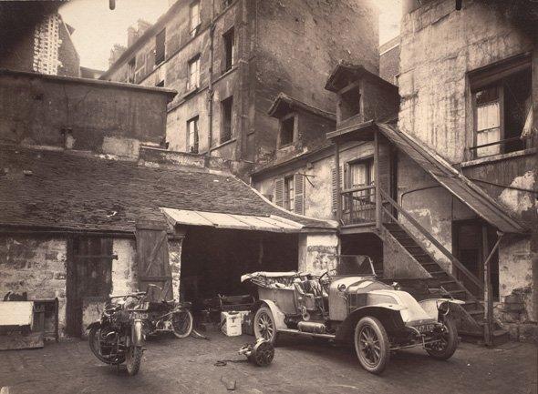 Eugene Atget. Cour, 7 rue de Valence, June 1922