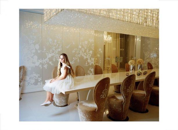 Анна Складманн. Лиза, сидящая на своем обеденном столе. Москва, 2010 Из серии «Маленькие взрослые». Цифровая печать. Собрание Мультимедиа Арт Музея, Москва