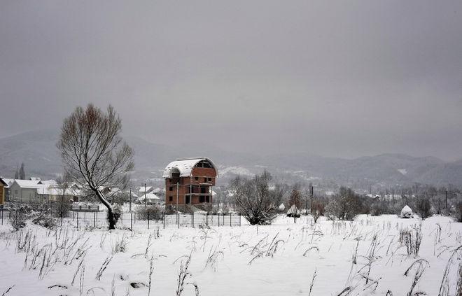 © Petrut Calinescu. Зимний пейзаж в отдаленной деревушке  Тарсолт, Румыния. Дом принадлежит  Гите Зелея, жителю деревни, уехавшему  на заработки в Париж.