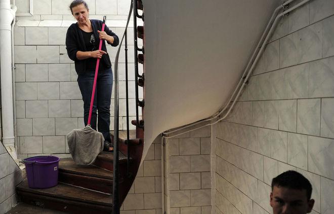 © Petrut Calinescu. Лиса Сас из деревни Чертезе моет лестницу в доме, в котором она живет (Сен-Дени, Париж).