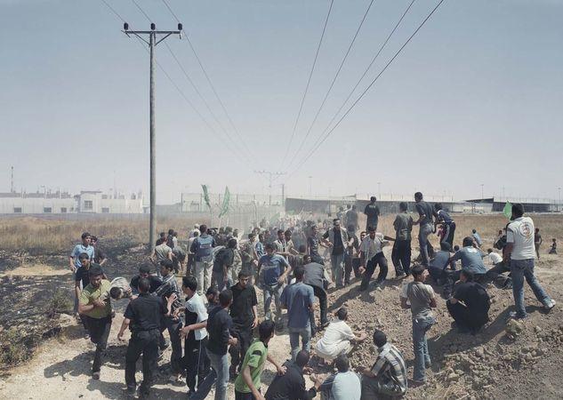 Karni Crossing Demo, 23 May 2008, Gaza, 2008-2011 © Luc Delahaye & Galerie Nathalie Obadia