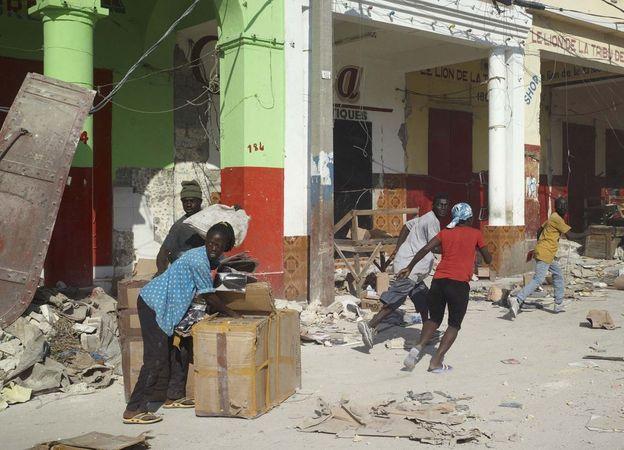 Les Pillards, 17 January 2010, Port-au-Prince, Haiti, 2008-2011 © Luc Delahaye & Galerie Nathalie Obadia