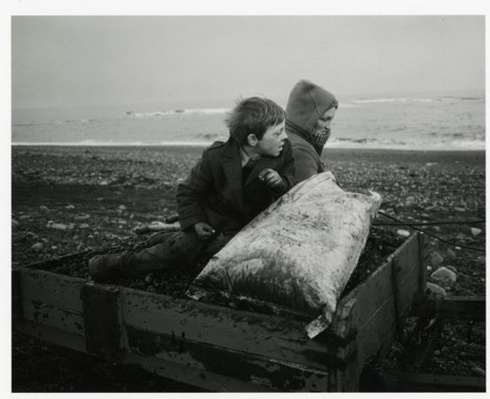 � Chris Killip, Rocker et Rosie rentrent chez eux, Lynemouth, Northumberland, 1984 Courtesy of the Artist
