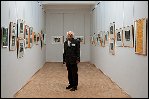 Валерий Багильдинский на экспозиции выставки «Фотографические фрагменты».<br>  Художественный музей, Чебоксары, 26 октября 2011 г.<br>  Фотография: Юрий Евлампьев.