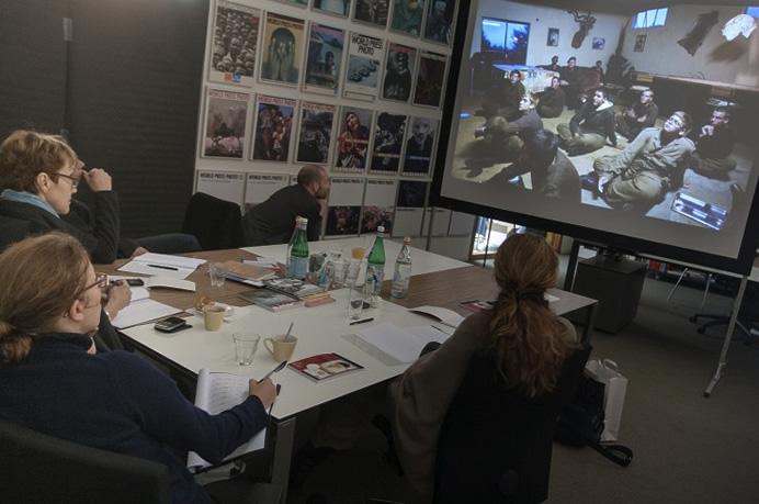 Приемная комиссия рассматривает работы фотографов, номинированных на Joop Swart Masterclass 2012 © Bas de Meijer