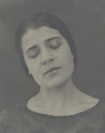 Edward Weston, Tina Reciting, 1924-10-03. Collection Center for Creative Photography, The University of Arizona © 1981 Arizona Board of Regents