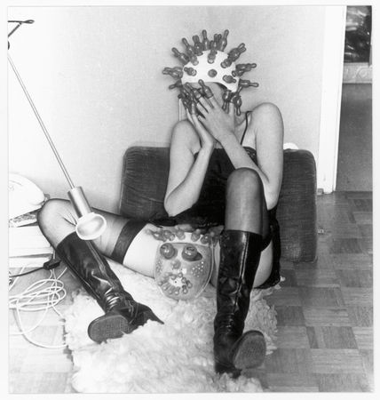 Zärtliche Pantomime / Tender Pantomime, 1976 Black-and-white photograph (from a series of 4) © Renate Bertlmann / SAMMLUNG VERBUND, Vienna