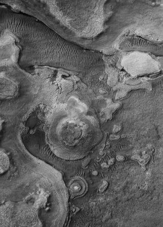 Buttes sédimentaires stratifiées dans la région d'Argyre © NASA/JPL/The University of Arizona/Éditions Xavier Barral