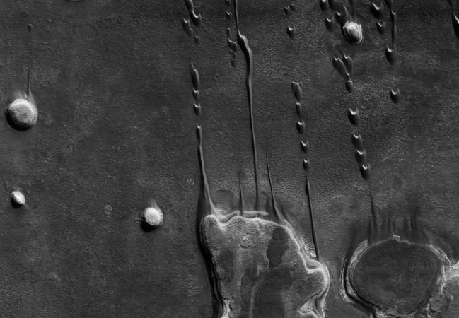 Barkhanes dans une zone de cratère © NASA/JPL/The University of Arizona/Éditions Xavier Barral