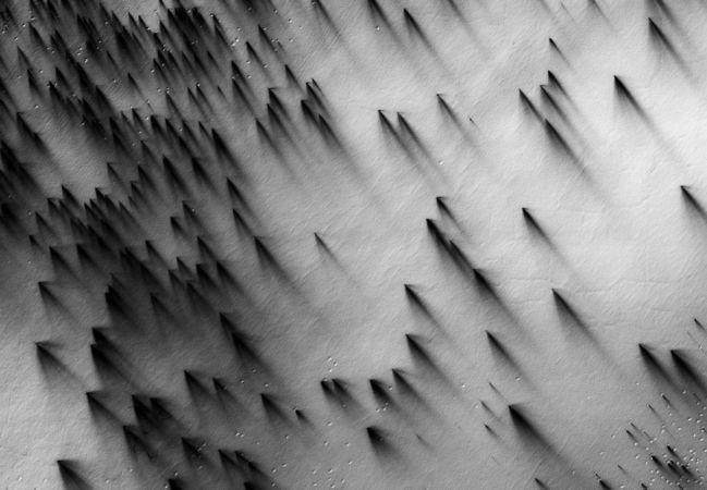 Région polaire sud, éventails et polygones © NASA/JPL/The University of Arizona/Éditions Xavier Barral
