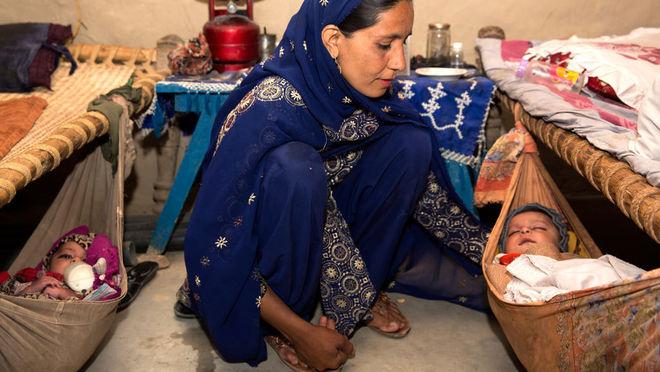 Сара Кэрон. Женщина с девочками-двойняшками в своем доме, провинция Хайбер-Патунхва, Пакистан, 2013 г.