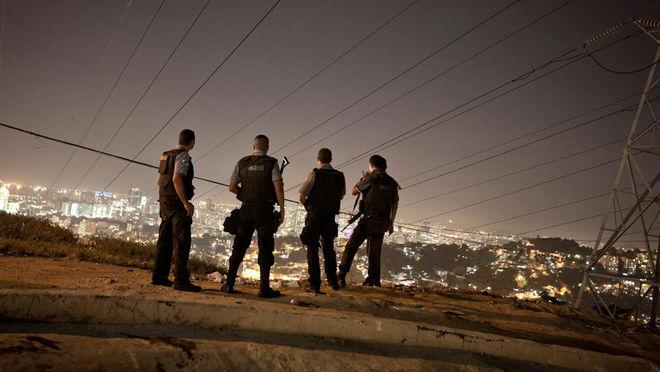 Рафаэль Фабре. Бразильские полицейские наблюдают за порядком в одном из фавелл в городе Сан-Карлос, февраль, 2012 г.