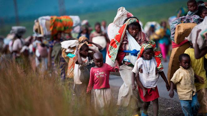 Фил Мур / AFP. Беженцы из Конго покидают дома после боев между армией и повстанцами из «Движения 23 марта» близ Гомы, ноябрь, 2012 г.