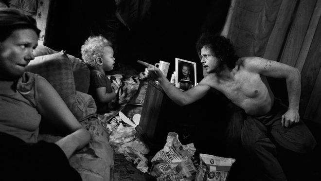 Дарси Падилья / Agence VU. Джейсон пытается сделать все возможное, чтобы быть хорошим отцом и не повторить судьбу своей неблагополучной семьи, Аляска, 2010 г.