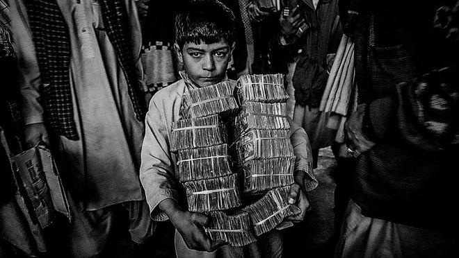 Маджид Саиди / Getty Images. Мальчик на рынке Герата, Афганистан, 2001 г.