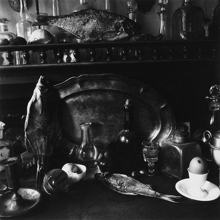Борис Смелов «Натюрморт с воблами, бутылками, подносом, крыжовником, яйцом»