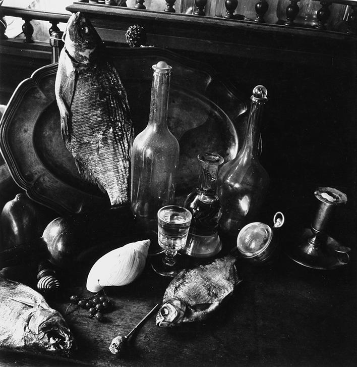 Борис Смелов «Натюрморт с воблами, маковой головкой, подсвечником, бутылками»