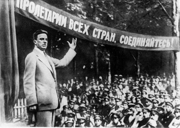 Владимир Маяковский выступает перед красноармейцами с лозунгом «Пролетарии всех стран соединяйтесь!» Владелец РИА «Новости»
