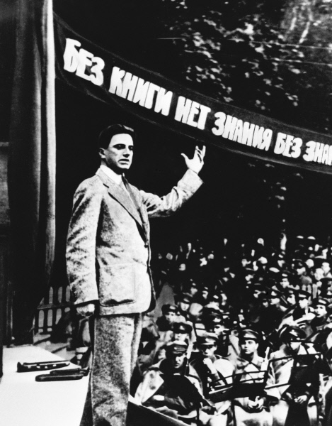 Владимир Маяковский выступает перед красноармейцами с лозунгом «Без книги нет знаний. Без знаний нет коммунизма!»  Владелец РИА «Новости»