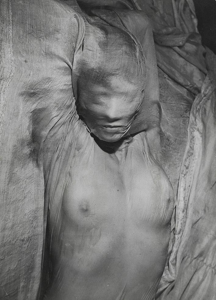 Эрвин Блюменфельд. Обнаженная под влажным шелком. Париж. 1937 Винтажная серебряно-желатиновая печать. Швейцария, частная коллекция © The Estate of Erwin Blumenfeld
