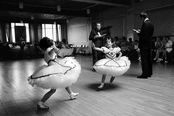 Дэвид Херн. Баргойд. Валийский детский чемпионат по бальным танцам. Из серии «Земля моего отца». 1973 © Magnum Photos