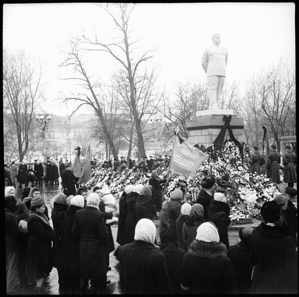 ©Марлен Матус (1939–2014). «Украина, Днепропетровск. 1953 (6 марта, день смерти Сталина)»