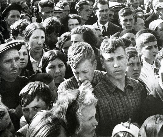 Иван Шагин. 22 июня. Москвичи слушают выступление В.Молотова по радио 1941 г.