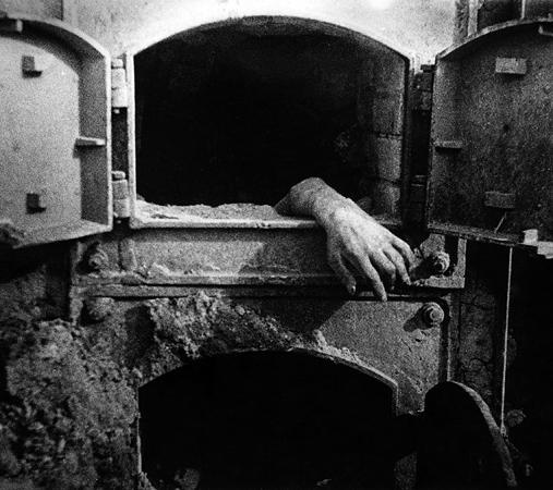 Марк Марков-Гринберг. Человеческие останки в печи крематория концлагеря Штутгоф