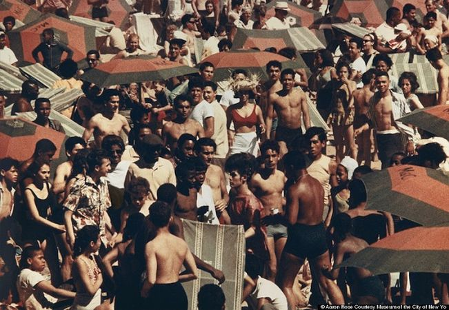 © Aaron Rose. Untitled, Coney Island, 1961-63. Image via Museum of the City of New York