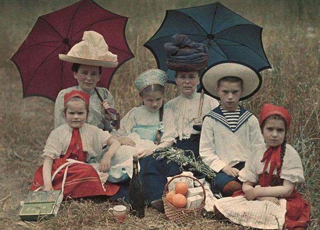 Петр Веденисов. Таня, Наташа, Коля и Лиза Козаковы, Вера Николаевна Веденисова и Елена Францевна Базилева. Ялта, 1910-1911