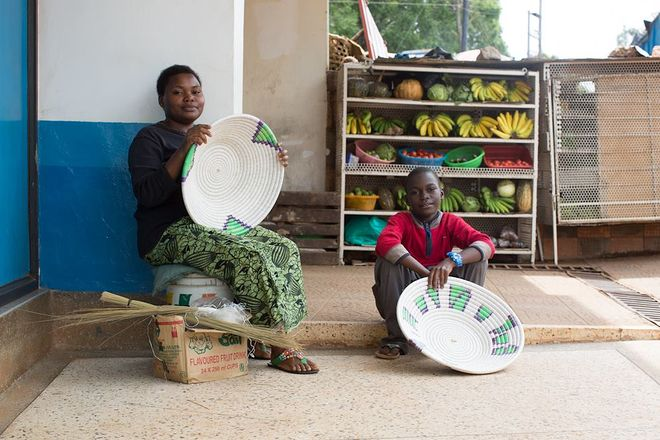 © Brandon Stanton, 2014<br />   Я спросил мать, можно ли сделать снимок, но она ответила, что решение должен принять ее сын. Я спросил мальчика. Он встал, обошел меня кругом, окинул взглядом и сказал: «Докажи мне, что ты не террорист».<br />   (Кампала, Уганда)
