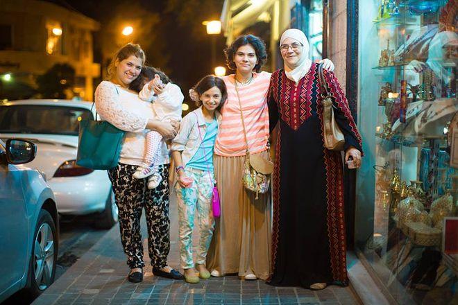 © Brandon Stanton, 2014<br />   «У меня пять дочерей. И у моих дочерей пять дочерей. И все они любят проводить время с бабушкой!»<br />   (Амманн, Иордания)