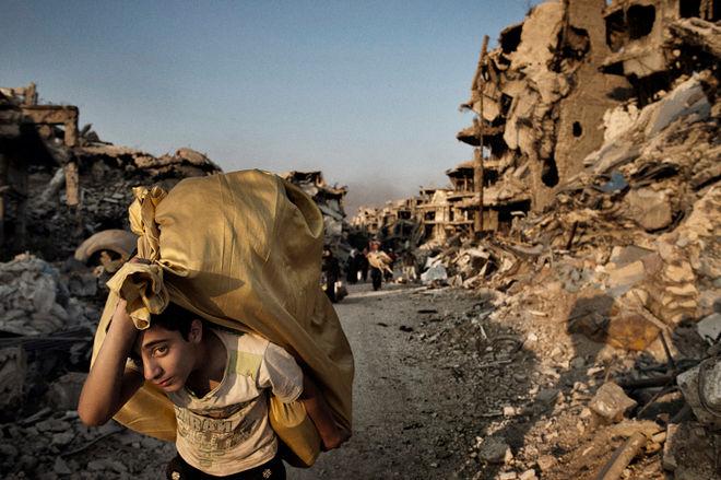 © Юрий Козырев (агентство NOOR) для TIME. Из статьи «Syrians Return to Devastation in Homs». 12 мая 2014 года