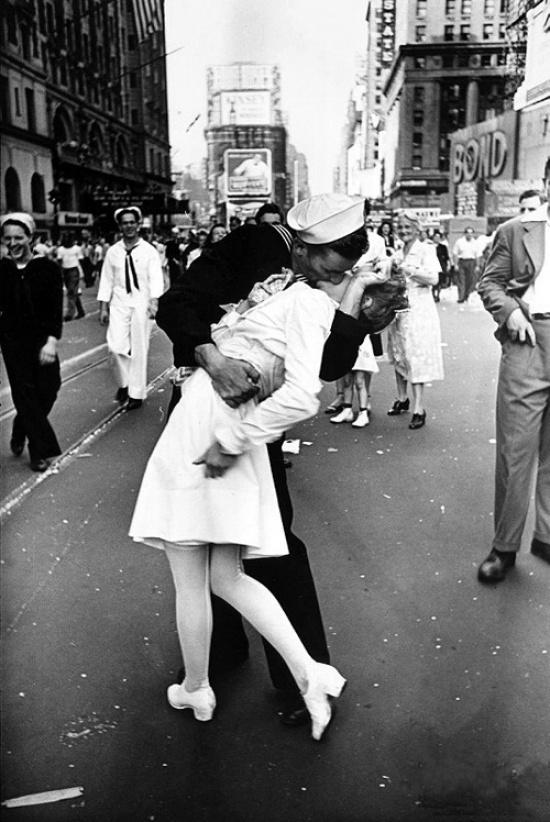 Альфред Эйзенштадт. Поцелуй на Таймс-сквер в День Победы, Нью-Йорк, 1945