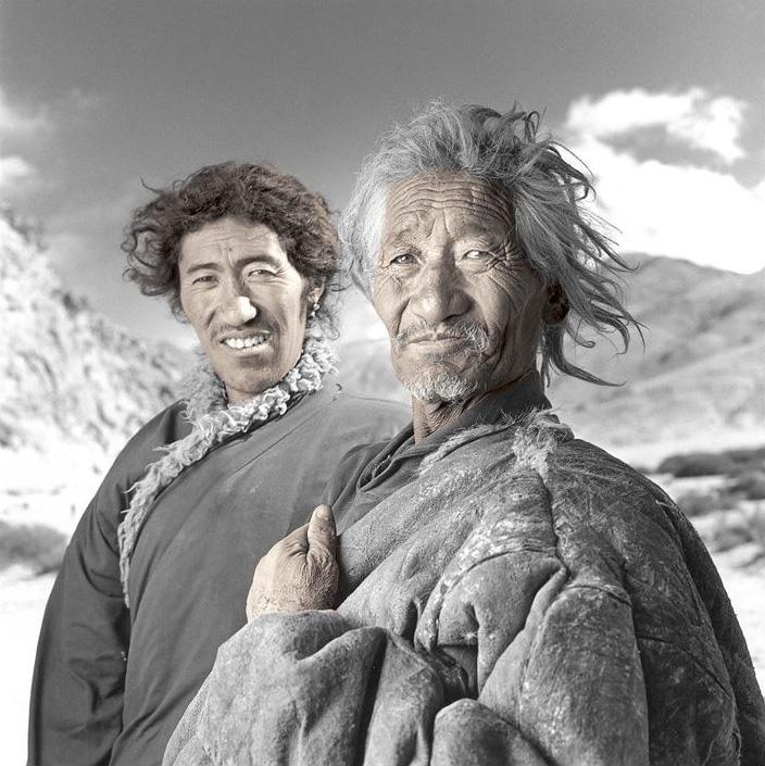 Пусунг, 64 года и его сын Дундуп, 32 года. Фил Борджес: «Когда я добрался до их лагеря, они закончили молитву и готовились принести в жертву двух яков, для того чтобы зима была сытной. Я наблюдал за сценой, которая могла происходить 200-300 лет назад».