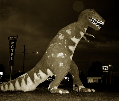 Стив Фитч. Динозавр, 40-е Шоссе, Вернал, Юта, 1974. © Steve Fitch / Предоставлено Галереей Роберта Коха, Сан-Франциско